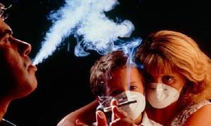 Trẻ con dễ bệnh khi trong nhà có người hút thuốc lá