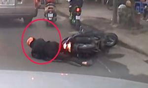 Người đàn ông suýt chết vì ngã xe máy trước đầu ôtô