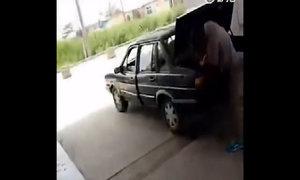 Chồng đánh, nhét vợ vào cốp xe gây bão mạng Trung Quốc