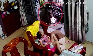 Tên cướp xông vào nhà giật iPad trên tay bé gái ở Sài Gòn