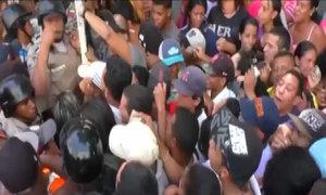 Dân Venezuela xếp hàng qua đêm chờ mua mỳ ống