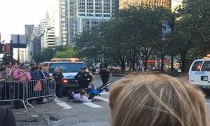 Người lái xe đạp suýt đâm vào đoàn xe của Obama