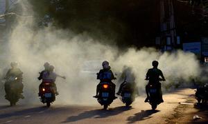 Nướng thịt xả khói vào người đi đường trên phố Sài Gòn