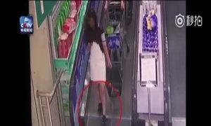 Cô gái ngã nhào vì dây giày mắc vào thang cuốn