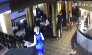 Khoảnh khắc nhà vô địch Muay Thai bị bắn trong nhà hàng