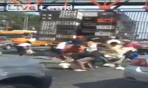 Người dân đổ xô ra cướp gà từ xe tải đỗ bên đường