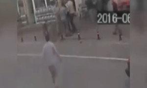 Người đi đường đỡ bé 3 tuổi rơi từ ban công tầng 4