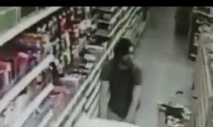 Người mẹ giằng co với kẻ bắt cóc con gái trong siêu thị