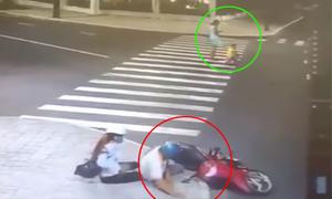 Video ngã xe máy vì mải ngắm phụ nữ mặc váy xem nhiều tuần qua