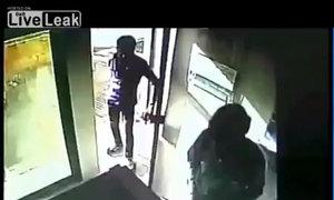 Vờ đứng chờ đến lượt, tấn công người rút tiền tại cây ATM