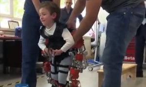Bộ xương ngoài giúp bé 5 tuổi thoát khỏi xe lăn