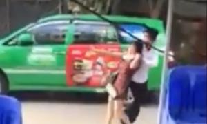 Chồng bị đánh nhập viện vì kề dao cổ vợ lôi đi trên phố