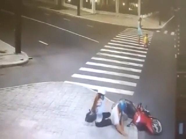 Ngã xe máy vì mải ngắm phụ nữ mặc váy qua đường