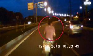 Quái xế  sang đường 'kiểu tự sát' khiến ôtô phanh đột ngột