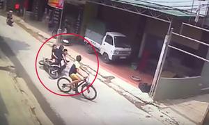 Xe máy chở 3 gặp nạn vì bé trai sang đường đột ngột