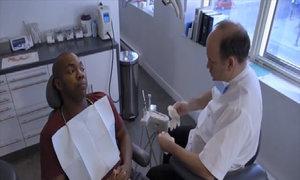 Bệnh nhân kinh ngạc với cách khám răng của nha sĩ