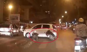 Thanh niên chạy ẩu cắm xe máy vào đuôi ôtô