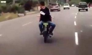Lái xe gắn máy bằng lưng