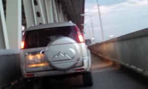 Ôtô chạy trong làn xe máy dưới gầm cầu Thăng Long