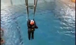 Phi công Mỹ huấn luyện sinh tồn dưới nước
