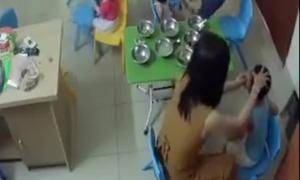 Cô giáo mầm non tát bé trai 7 cái trong 5 giây vì ăn bị trớ