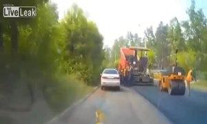 Thợ sửa đường bị xe lu lăn qua