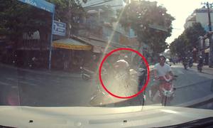 Cô gái chạy xe máy tông trực diện vào ôtô