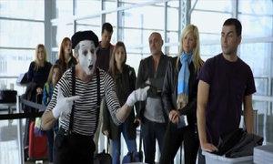 An ninh sân bay ngơ ngác trước hành động của chú hề