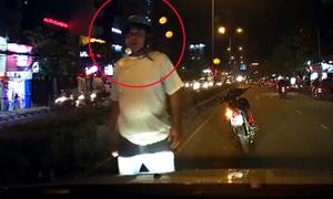 Chạy xe máy quệt vào ôtô còn dừng lại gây hấn