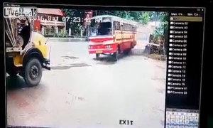 Xe tải và xe bus đấu đầu