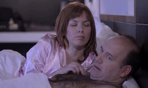 Ông chồng chết lặng trước yêu cầu của bà vợ trước khi ngủ