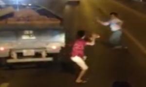 Xin vượt không cho, hai tài xế ôtô đánh nhau