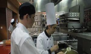 Nhân viên đứng hình khi thấy bếp trưởng thử món ăn