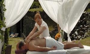 Nữ nhân viên massage chết lặng trước phản ứng của vị khách nam