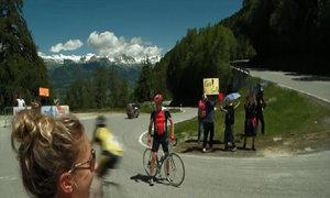Vận động viên tức giận vì đạp xe ngược với đoàn đua