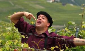 Người đàn ông vui mừng vì bắt được quả nho bằng miệng