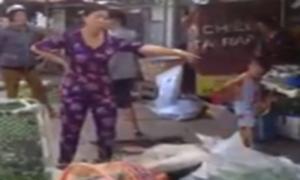 Bà chủ la hét, đạp đổ hàng rau bán rong trước cửa nhà