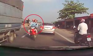 Hai người đàn ông thoát chết thần kỳ khi tông vào đầu ôtô
