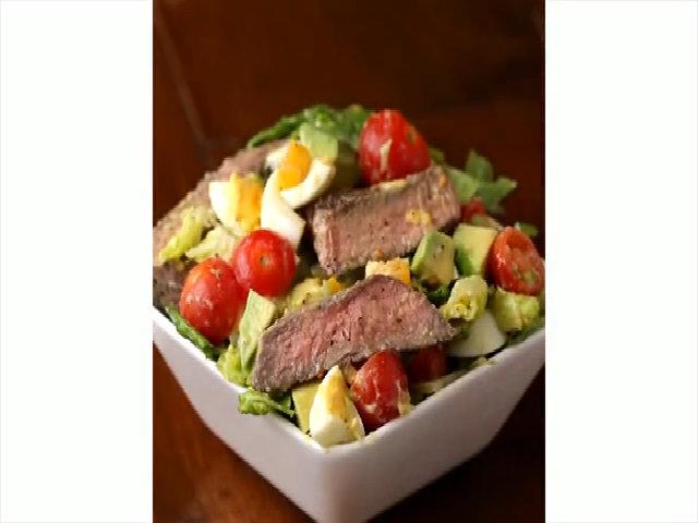 Lạ miêng salad bò bít tết trộn bơ