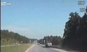 Gấu đen tấn công bán tải trên quốc lộ Mỹ