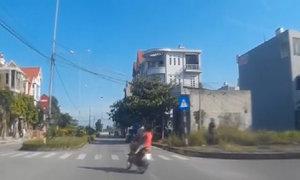 Người đàn ông chở 3 trẻ nhỏ đánh võng trên đường