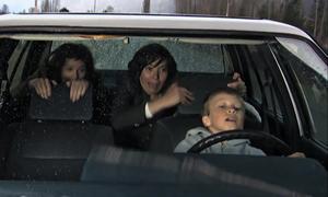Người mẹ kinh hãi khi thấy câu con trai ngồi sau tai lái