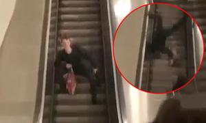 Thanh niên ngã xuống thang cuốn vì muốn lấy lòng người đẹp