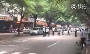 Lái xe máy vượt qua loạt cảnh sát
