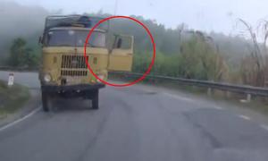 Ôtô tải đang chạy bung cửa, xe con đánh lái gấp tránh nạn