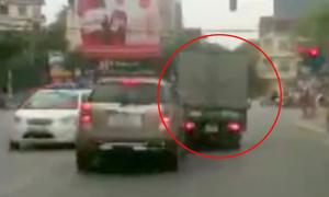 Xe tải vượt ẩu phanh gấp bị ôtô húc vào đuôi