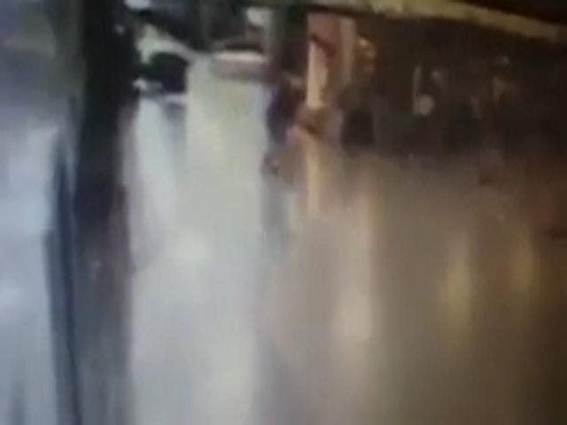 Khoảnh khắc kẻ đánh bom tự sát phát nổ trong sân bay Thổ Nhĩ Kỳ