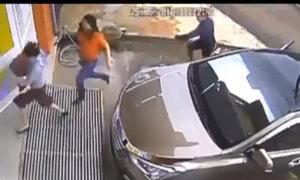Côn đồ cầm mã tấu truy sát phụ nữ tận cửa nhà