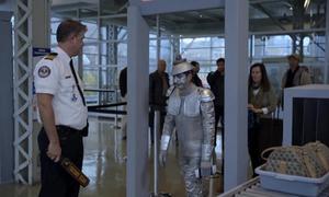 An ninh sân bay báo động vì trang phục của hành khách