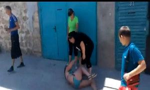 Cô gái mặc bikini bị đánh ghen hội đồng ở Crimea